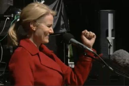 Statsminister Helle Thorning-Schmidt indleder 1. maj talen med et sødt kys tilforsamlingen