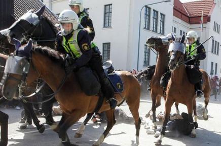 Politiet angriber moddemonstranter til nazimarch iLimhamn