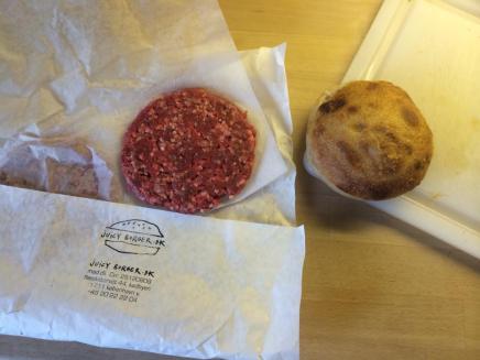 Henrik Boserup serverer saftige Halloween-burgere iTivoli