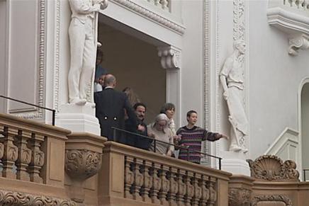 Mette Frederiksen mødt af syngende asyl-demonstranter