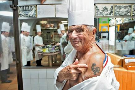 Paul Bocuse viser sin tatovering frem