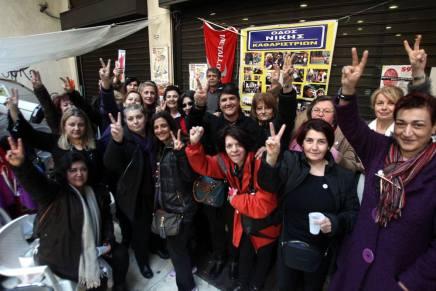 Græske rengøringsdamer med røde handsker fejrer at de har fået deres jobstilbage
