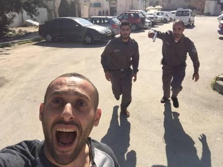 Palæstinensisk rapper tager selfie mens han bliver jagtet af israelskpoliti