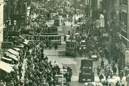 Sporvogne, cykler og Dannebrog i skøn forening på Nørrebrogade ihalvtredserne