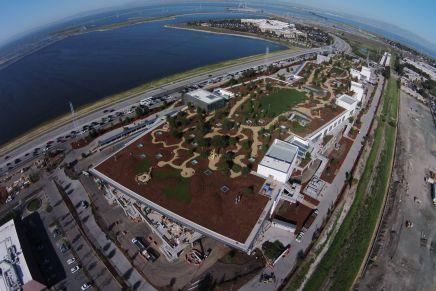 Facebooks nye hovedkvarter er verdens største åbne kontorlandskab og har en park påtaget