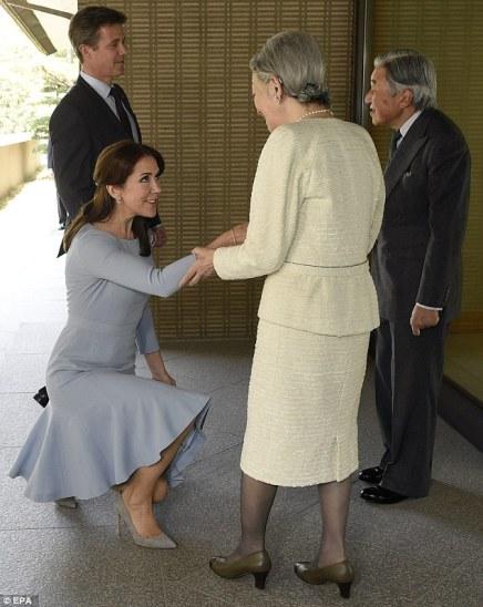 Se Kronprinsen og Kronprinsessen møde den japanske kejser på japanskTV