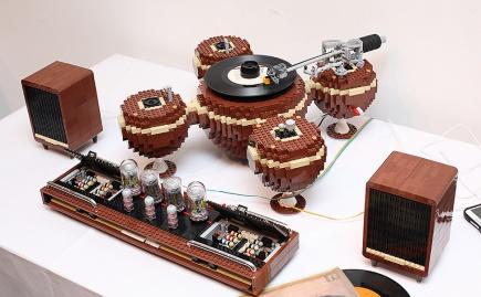 Nu kan du få en grammofon bygget af LEGOklodser