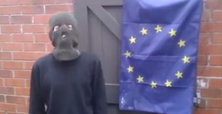 Britisk nazist prøver at brænde EU flagaf