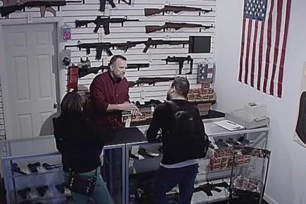 Per Pedersen fra Danmark prøver at få amerikanerne til at holde op med at købehåndvåben