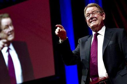 Poul Nyrup angriber kapitalismen og den siddenderegering