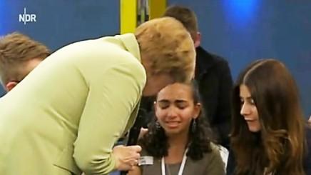 Angela Merkel trøster en ung libanesisk flygtningepige efter hårdeord