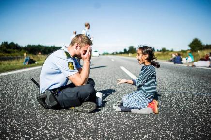 Flygtningene har allerede gjort Danmark til et bedre sted: politiet leger med børnene og der er ingen biler på motorvejene – bare de dog villeblive!