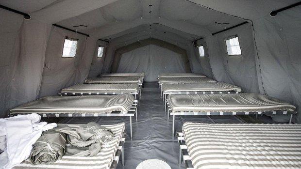 11937641-oliefyr-holder-flygtninge-i-teltlejr-varme-i-kulden
