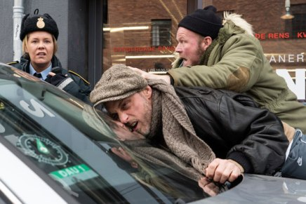 Måske danske filmanmeldere ikke skal se danske komedier om morgenen, men sammen med publikum fredagaften?