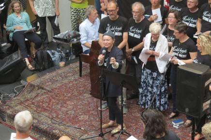 Laurie Anderson synger morgensang på KøbenhavnsHovedbibliotek