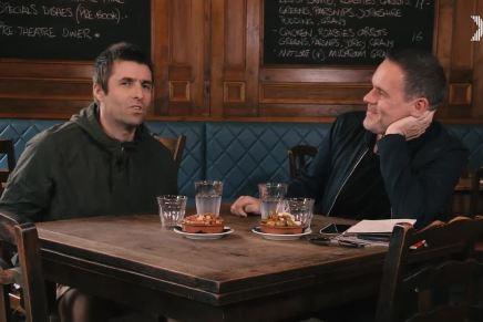 Liam drikker et glas vand på pubben og taler omjogging!