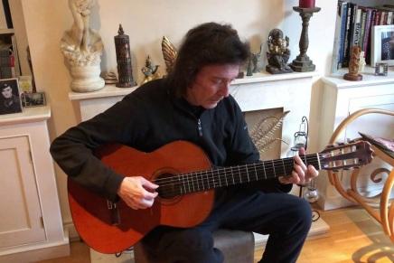 Steve Hackett spiller akustisk guitarderhjemme