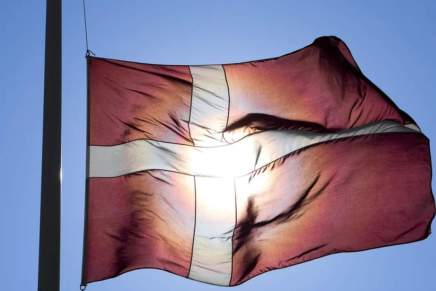 FLAGET PÅ HALV